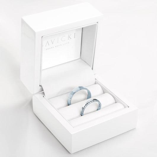 Obrączki Dream: białe złoto, biały szafir, płaskie, 3 mm