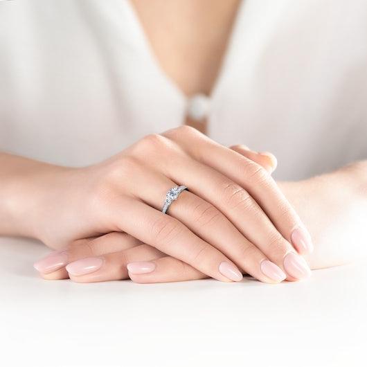 Pierścionek zaręczynowy Dream: białe złoto, biały szafir