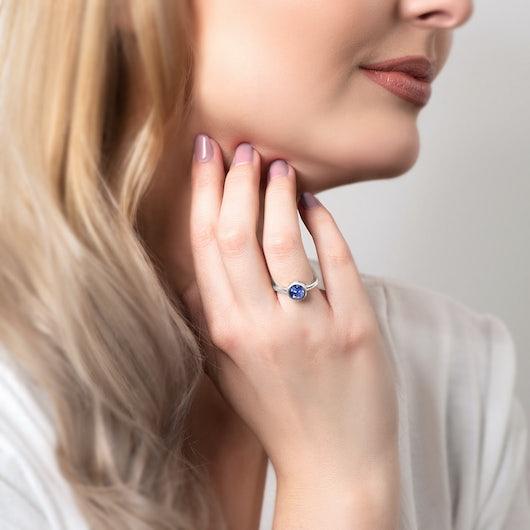 Pierścionek zaręczynowy SAVICKI: białe złoto, niebieski szafir
