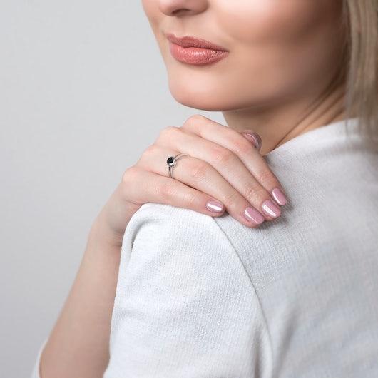 Pierścionek zaręczynowy SAVICKI: białe złoto, czarny diament