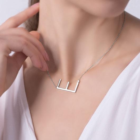 Naszyjnik celebrytka litera E Savicki: srebrny, biały szafir
