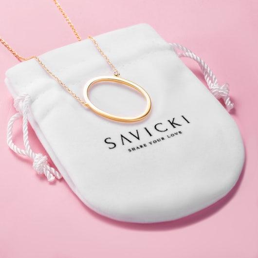Naszyjnik celebrytka litera O Savicki: srebrny pozłacany, biały szafir