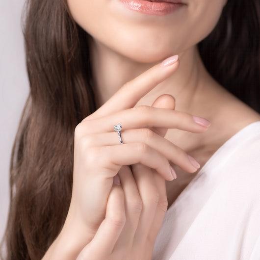 Pierścionek zaręczynowy SAVICKI: białe złoto, biały szafir