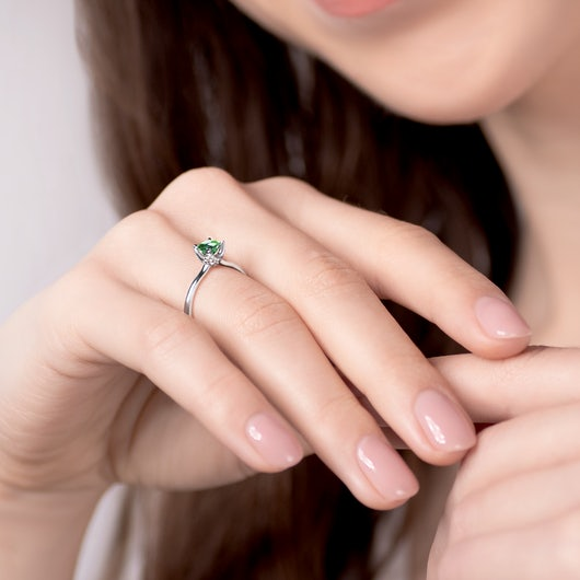 Pierścionek zaręczynowy SAVICKI: białe złoto, szmaragd